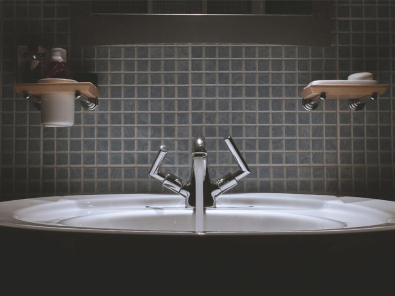 Lavello bagno e piastrelle nere